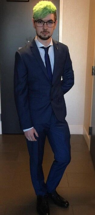 I just died! JACK IN A SUIT!!!!! <3 <3 <3