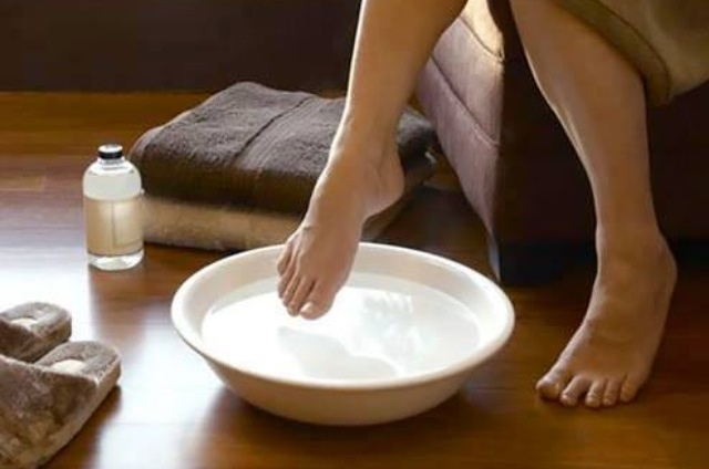 LISTERINE FOOT BATH:  • Mix 1/2 Cup of Listerine (Any kind but I prefer blue)  • 1/2 Cup of Vinegar  • 1 Cup of warm water  • Soak your feet for at least 10 mins  *** When you take your feet out, the dead skin will practically wipe off!