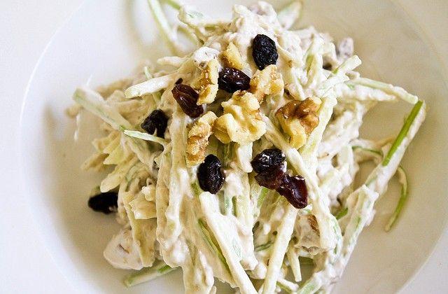 Klassieke waldorfsalade met bleekselderij, appel, rozijnen en walnoten