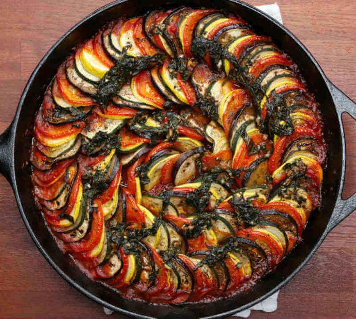 Ugnsbakad ratatouille är ett otroligt vackert och fantastiskt gott tillbehör som funkar till både kött och fisk. Bara en massa rena smaker i en panna!