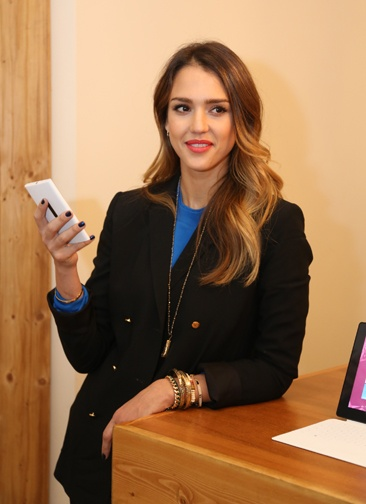 Jessica Alba and her Windows Phone