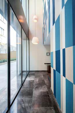 EMMA NORTE 2: Pasillos y recibidores de estilo  por ESTUDIO TANGUMA https://www.homify.com.mx/libros_de_ideas/187668/decoracion-de-interiores-de-departamentos-modernos