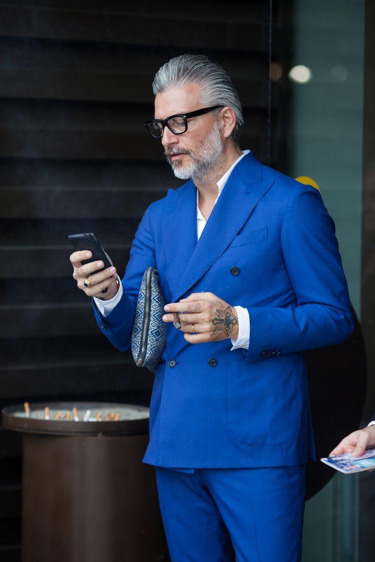 ダブルスーツの着こなしブルーのTaan says: Gentleman pulling off a cobalt blue suit from top to bottom. But I believe you really need a good amount of grey hair on your head, otherwise this look might not work :-)