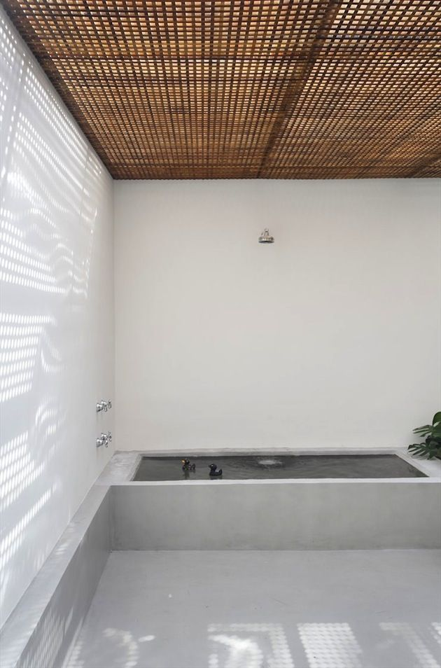 open air bathroom / home and office of architect Guilherme Torres. The house was built in the 1940s in São Paulo and used to be the home of the late Brazilian artist Victor Brecheret.