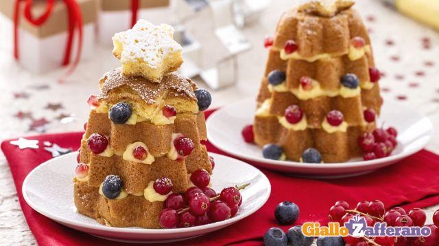 Gli ALBERELLI DI #PANDORO CON CREMA PASTICCERA E RIBES sono degli sfiziosi e allegri dessert da servire durante le feste di Natale, come fine pasto o come merenda. I pandorini vengono tagliati a fette e ricomposti una fetta sull'altra a mò di alberello natalizio, con una farcitura tra uno strato e un altro di golosa crema pasticcera alla vaniglia. Qui la #ricetta di #GialloZafferano: http://ricette.giallozafferano.it/Alberelli-di-pandoro-con-crema-pasticcera-e-ribes.html  #Natale #Capodanno