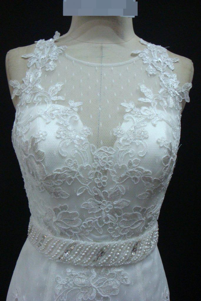 Vestido de noiva semi sereia, decote em U, todo rendado e com faixa removível bordado. Via Brasil Noivas.