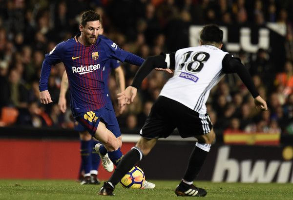 Barcelona's Argentinian forward Lionel Messi (L) vies with Valencia's midfielder Carlos Soler during the Spanish league football match Valencia CF and FC Barcelona at Mestalla stadium in Valencia on November 26,2017 / AFP PHOTO / JOSE JORDAN