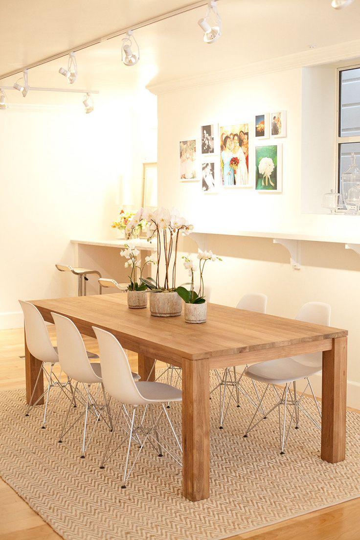 Regal + Strahler-Reihe + Teppich + Bilder + helle Stühle