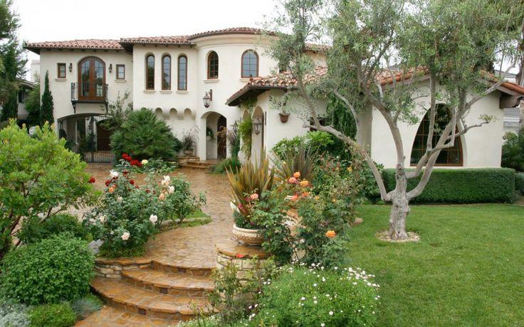 Дом в испанском стиле расположенный вокруг красивого внутреннего двора