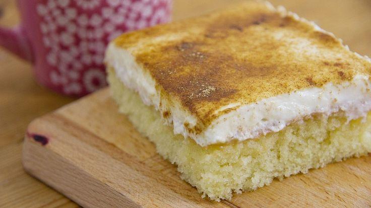 Schmandkuchen: Frischer Kuchen mit Apfelmus und Schmand