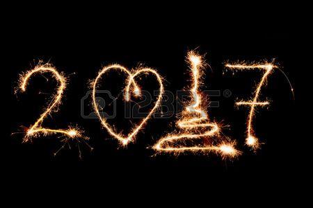 FELIZ ANO NOVO 2017 escrito com fogos de artifício como pano de fundo. Imagens - 64743673