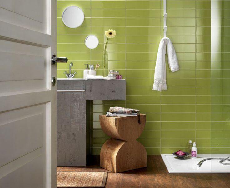 salle de bain colorée avec un carrelage mural vert de design rectangulaire