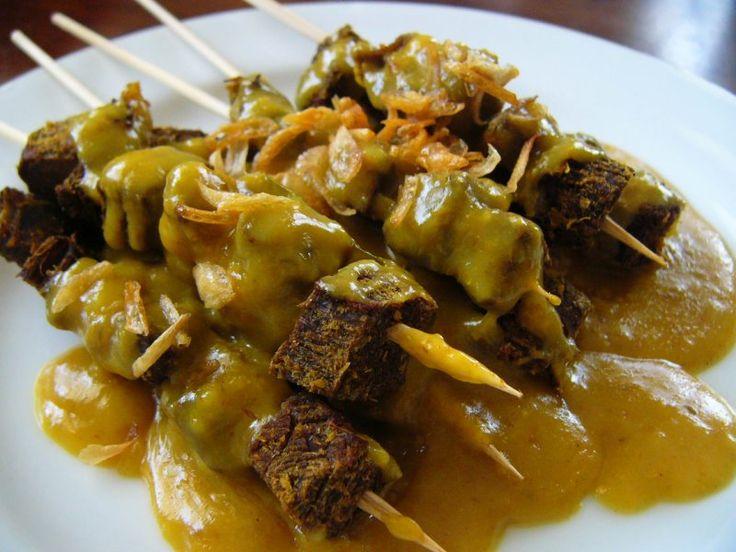 Sate Padang yang khas dari Sumatera Barat ini enak banget disantap terutama saat cuaca dingin. Sate ini ada dua macam, pertama sate daging sapi dan sate daging ayam. Kuahnya umumnya berwarna kuning dan kental. Biasa kalau di Jambi, makan sate padng ini bareng lontong nasi.