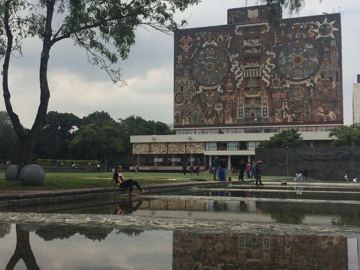 Biblioteca central. Ciudad universitaria  México. UNAM.  espejo de agua, en día nublado y con lluvias. arquitectura mexicana  patrimonio