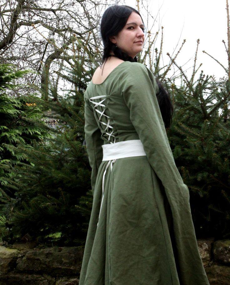 Šaty+ELEONORA+Dlouhé+zelené+šaty+ušité+z+khaki+zelené+látky,+která+je+směsí+lnu+a+bavlny.+Šaty+mají+vzadu+šněrování+pro+lepší+vytvarování+šatů+na+postavě.+V+ceně+šatů+je+i+zdobný+pásek.+Šaty+šiji+na+míru.+Pokud+budete+mít+o+šaty+zájem+objednejte+je+a+do+zpráv+k+objednávce+prosím+připište+následující+míry:+výška+postavy,+délku+šatů,+obvod+hrudníku,+...