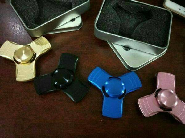 "Jual beli TERMURAH Fidget Hand Spinner Besi Segi 3 Kaki Bear Spiner Mainan di Lapak coffee geek store - coffee_geek. Menjual Lain-lain - Bahan : ALUMINIUM yakkk  Warna: Hitam,Silver,Gold,Biru,Bronze/Perunggu..Stock terbatas..sediakan min 5 warna cadangan atau dikirim sesuai stock yg ada..Order QTY WAJIB RANDOM.  Kelengkapan: ""BOX KALENG EXCLUSIVE""  Lama putaran: Tergantung ke ahlian..karena skill tiap orang berbeda2.  Fidget Spinner..Dipercaya banyak orang bahwa produk ini dapa..."