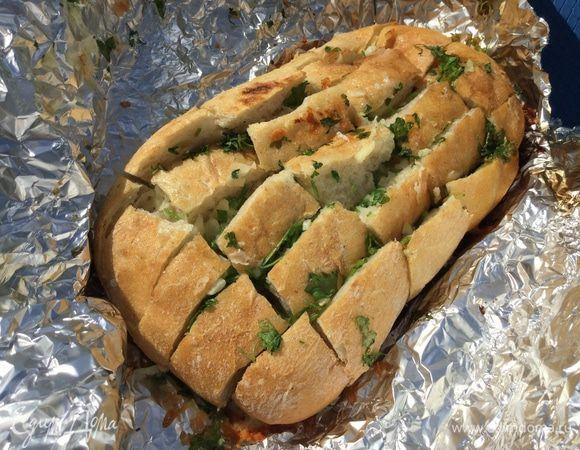 Этот рецепт очень прост в приготовлении, но до чего же получается ароматно и вкусно. Мои дети просто обожают такой хлебушек и его всегда оказывается мало. Сюда подойдет любая свежая зелень, осо...