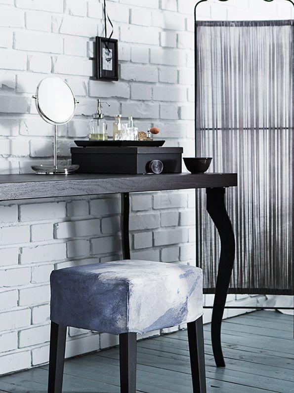 Maak je persoonlijke kruk door de overtrek te draaien, te vouwen, of te binden en te dippen in de verf  | Wooninspiratie DIY IKEA IKEAnl IKEAnederland NILS kruk overtrek verven dippen binden verf pimpen LEKSVIK bureau TRENSUM spiegel