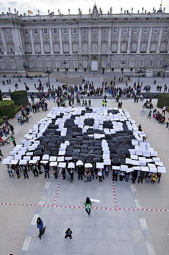 Vuoden 2012 Earth Hourin kunniaksi ihmiset muodostivat jättimäisen WWF:n pandalogon!