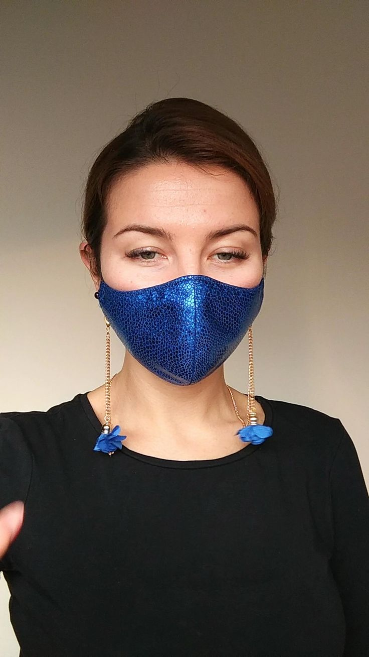 Face mask chain. This chain choker is worn around the neck and attached to the loops of the face mask with large clasps that slide over the elastic like a lace strap. This fashion jewelry face mask holder always keeps your mask on you comfortably and prevents it from coming into contact with other surfaces. No more losing your masks or digging in your bag! When not used as a mask chain, easily converts to a medium-length paper clip chain. Great gift idea! Easy Face Masks, Diy Face Mask, Diy Fashion, Fashion Jewelry, Womens Fashion, Diy Mask, Fashion Face Mask, Mask Design, Beaded Jewelry