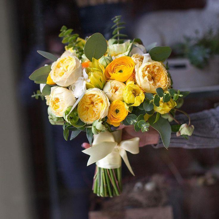 Цветов, букет с желтыми ранункулюсами