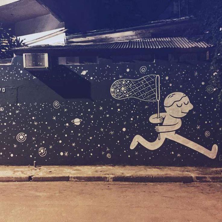 Muretz est un artiste brésilien inspiré par le jeu et l'imagination. Il repeint les murs de São Paulo avec ses graff' aux traits ronds et gras. Ses dessins sont un appel au voyage dans l'espace et …