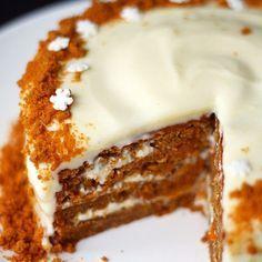 Onko joulun kakku vielä mietinnässä? Jouluinen porkkanakakku sopii ihanasti juhlapöytään! Linkki biossa #lunnileipoo #porkkanakakku #joulu
