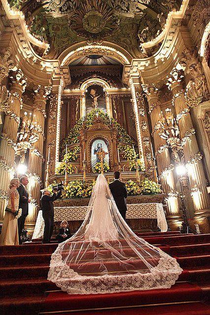 Acho tão lindo o véu da noiva todo esticadinho nas escadas do altar!