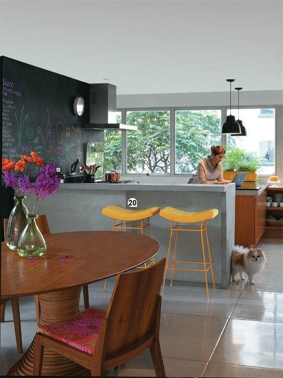 Parede da cozinha estilo quadro negro para colocar as receitinhas.. AMEI a…