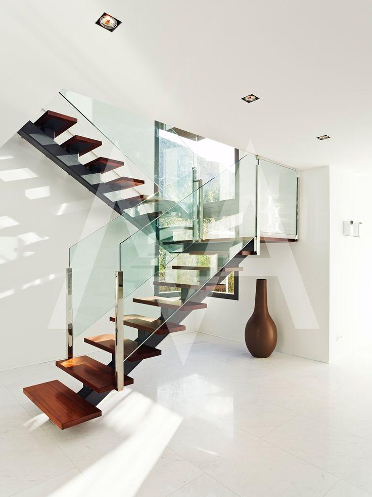 escalera interior minimalista en blueport altea