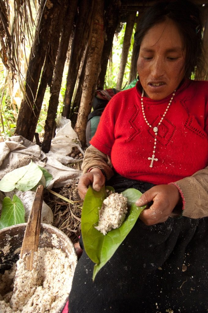 Q'ero  qui montre un plat traditionnel, photo: TRANSHUMANCIAS VOYAGES