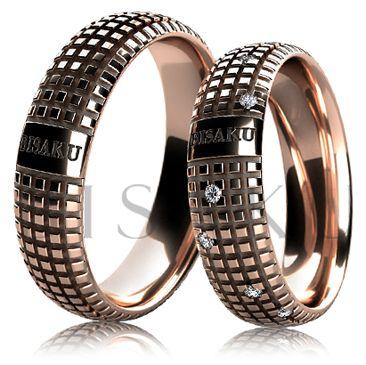 BD6-12 Extravagantní snubní prsteny z červeného zlata v unikátním designu, oba prsteny jsou v lesklém provedení a po celém obvodě je zdobí pravidelný vzor a lesklá ploška, na které je možné gravírování změnit. Dámský prsten je po celém obvodě nepravidelně zdoben kameny. #bisaku #wedding #rings #engagement #svatba #snubni #prsteny #design