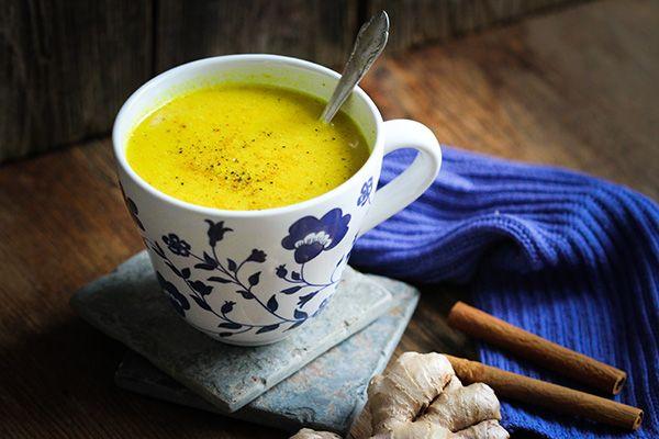 Kurkuma ist eines der bedeutendsten und vielseitigsten Heilmittel in der indischen und chinesischen Medizin. Die stark gelb-orange färbende Wurzel wird auch gelber Ingwer oder Gelbwurz genannt. Ich verwende Kurkuma mitunter, um selbst gemachter Pasta, Spätzle oder Rührtofu eine schöne Färbung zu geben. Doch Kurkuma kann so viel mehr! Probiert Kurkuma zum Beispiel einmal in Form …