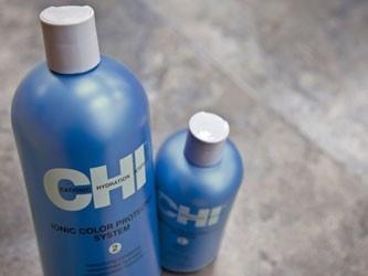 De CHI Ionic Color Protector producten zijn sulfaatvrij en geven optimale verzorging aan gekleurd haar. Het verzorgt en reinigt je haar zonder de kleurmoleculen af te breken of aan te tasten. Hierdoor blijft je gekleurde haar langer mooi en maximaal verzorgd. De CHI Ionic Color Protector producten geven je haar glans, veerkracht en herstellen beschadigde gedeeltes in het haar van binnenuit.