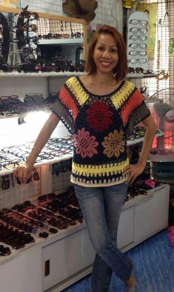 Bonita blusa de crochê com motivos florais e crochê de grampo