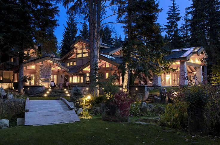 I love homes like this in the mountains. So cozy