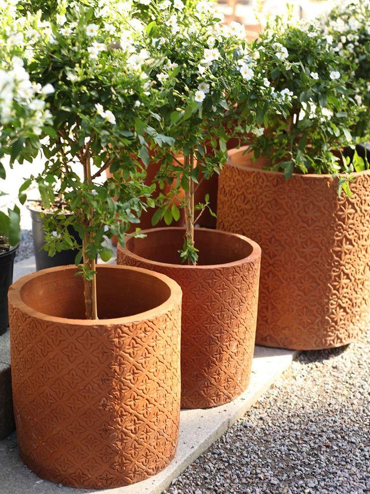 { Marockansk kruka naturell } En av våra vackraste lerkrukor! Krukan är cylinderformad med marockoinspirerat mönster. Höj stämningen bland dina lerkrukor genom att ställa en godbit som den här bland de andra, det ger en underbar effekt. Krukan har hål i botten för dränering och finns i natur och svart.