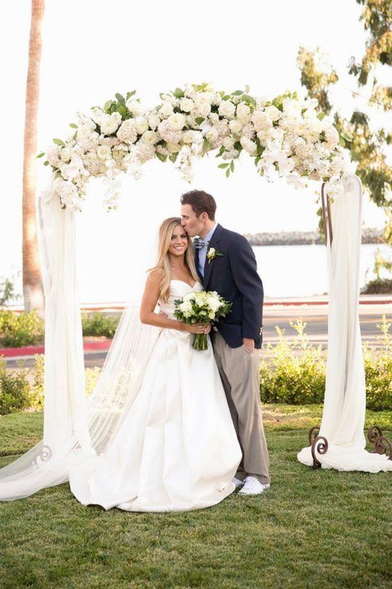 Flores para decorar la parte alta del arco de boda