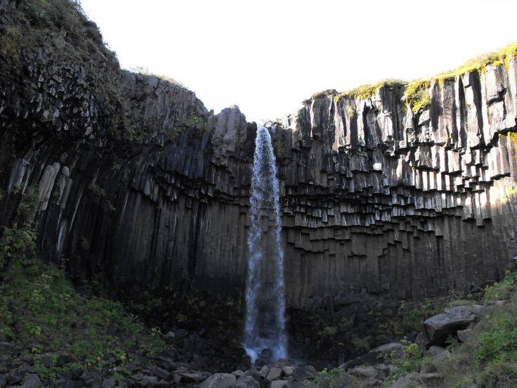 Sapete dove si trova questa suggestiva cascata circondata da colonne di basalto di provenienza vulcanica? Un indizio: si chiama #Svartifoss.  #basalt #nature #waterfall