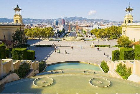 Una giornata nella metropoli catalana prediletta nel Belpaese. Su una bici, dal Raval al Barrio Chino, poi giù fino al mare, tra musei, mercatini e caffè