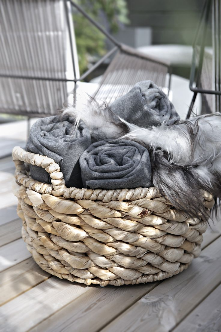 Have some throws ready for guests (Source - stylizimo.com)
