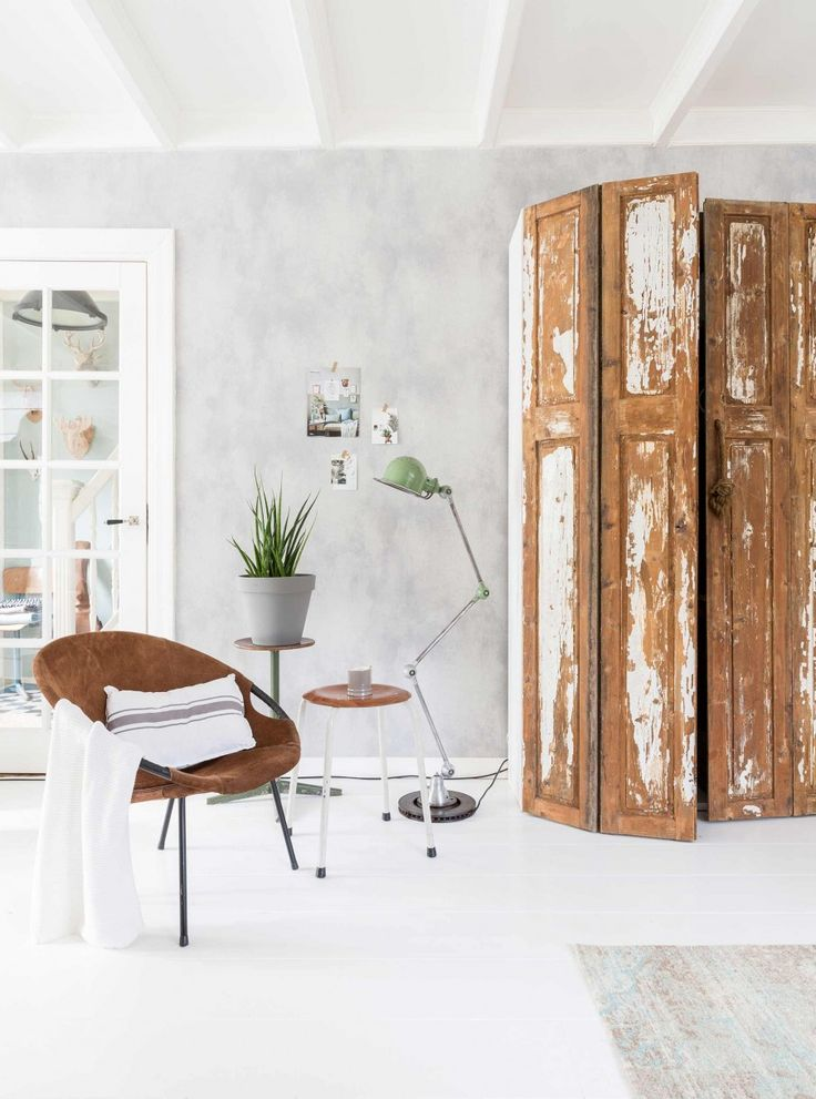oude luiken woonkamer | old shutters livingroom | vtwonen 11-2016 | photography: Hans Mossel | styling: Sabine Burkunk