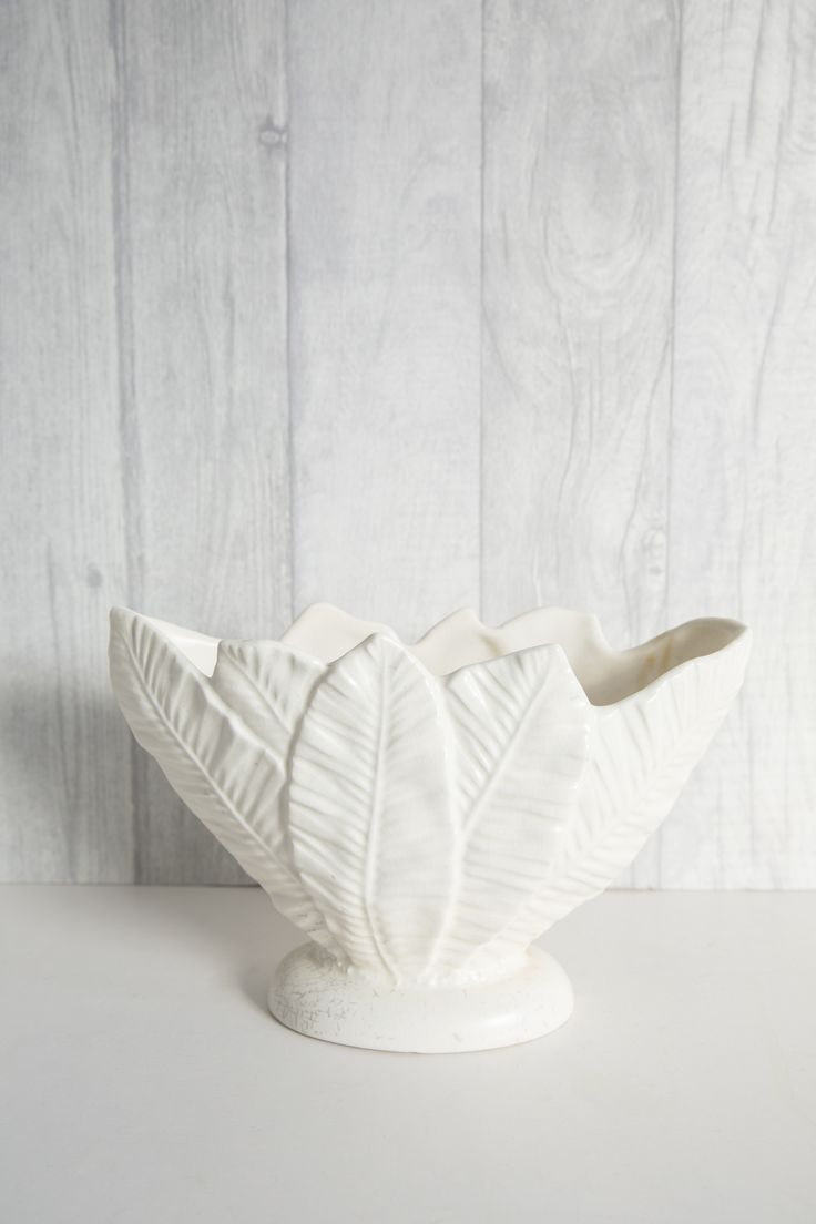 Die besten 25 constance spry ideen auf pinterest vintage ceramic jug ivory h 17cm x w 27cm x d 10cm a vintage mantle urn the boat shaped vessel is a sheath of large leaves perfect for wrapping your reviewsmspy