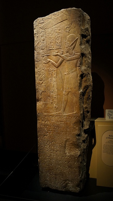 Tutankamón's stele  eagle/vulture with ankh in claws