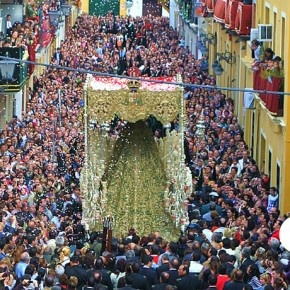 La multitud se congrega // literally every street. Semana Santa Sevilla