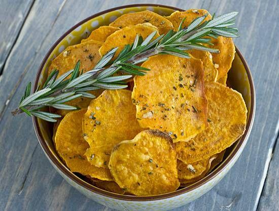 Zelf gemaakte chippies van zoete aardappel met de smaak van knoflook en rozemarijn.