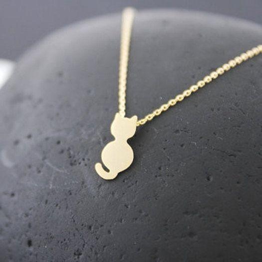 Le collier Kitty est finement dessiné en acier inoxydable et délicatement doré à l'or 18K. Aussi disponible en version plaqué argent.  Dimensions du chat : 2,1 x 1,2 cm. Longueur de la chaîne : 45 cm. Fermoir mousqueton.  Votre collier vous sera expédié sous 24h ouvrées dans une jolie boîte avec un ruban satiné, pour le plaisir des yeux.  La livraison en lettre prioritaire (24h) est gratuite pour la France.  Nous proposons également la livraison avec suivi, si vous préférez cette option, il…