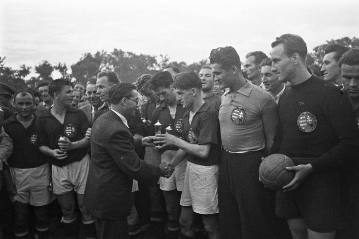 Nagyerdei Stadion, Magyarország - Lengyelország (8:2) labdarúgó mérkőzés, díjak átadása a győztes csapatnak. A játékosok balról: Egresi, Puskás, Balogh II, Lantos, Bozsik, Czibor, Károlyi (tartalék kapus), Henni.