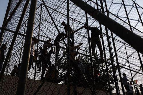 [KURDISTAN]  Septembre 2017 Le Leica Q accompagne les mouvements de mon corps conditionnant mon cadrage. Ici de jeunes hommes escaladent les clôtures de larène sportive surpeuplée de Dohouk où le président Massoud Barzani dirige une réunion pour promouvoir le référendum dindépendance.   Leica Q Récit : Régis Defurnaux  #reportage #photojournalism #documentaryphotography #leicaQ via Leica on Instagram - #photographer #photography #photo #instapic #instagram #photofreak #photolover #nikon…