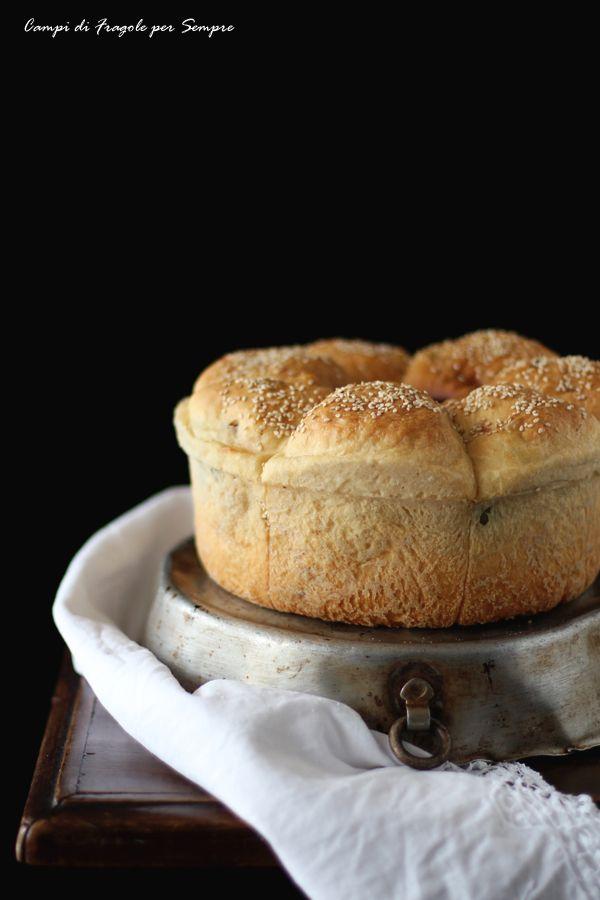Ciambella di pane al latte con formaggio, olive e cipolla rossa (cotta nella pentola fornetto)